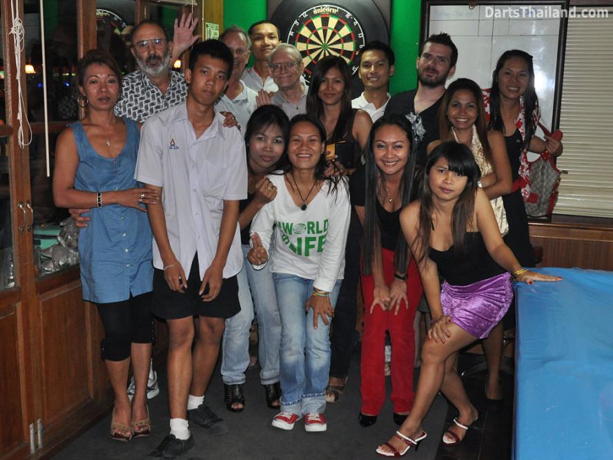 dt1587_dart_team_photo_corner_52_bar_soi_22