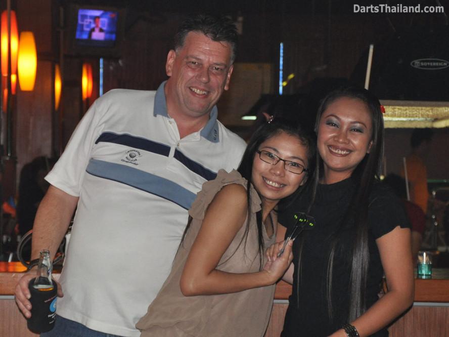 dt1766_darts_neill_toon_jeab_ball_in_hand_sukhumvit_soi_4_bangkok