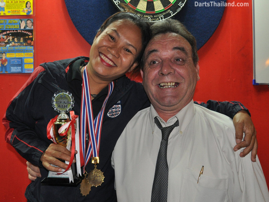 dt1780_darts_kenny_giffy_ball_in_hand_sukhumvit_soi_4_bangkok