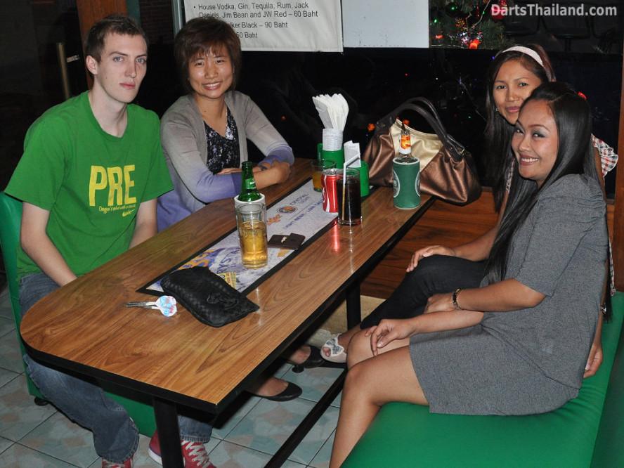 dt1792_natt_joy_tuk_jeab_darts_knockout_moonshine_sukhumvit_soi_22_bangkok