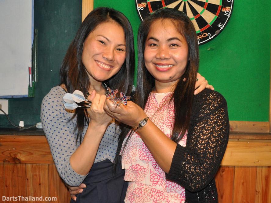 dt1808_charniee_su_ladies_darts_knockout_moonshine_sukhumvit_soi_22_bangkok