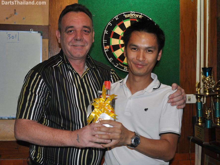dt1814_kenny_ktd_nui_darts_knockout_moonshine_sukhumvit_soi_22_bangkok