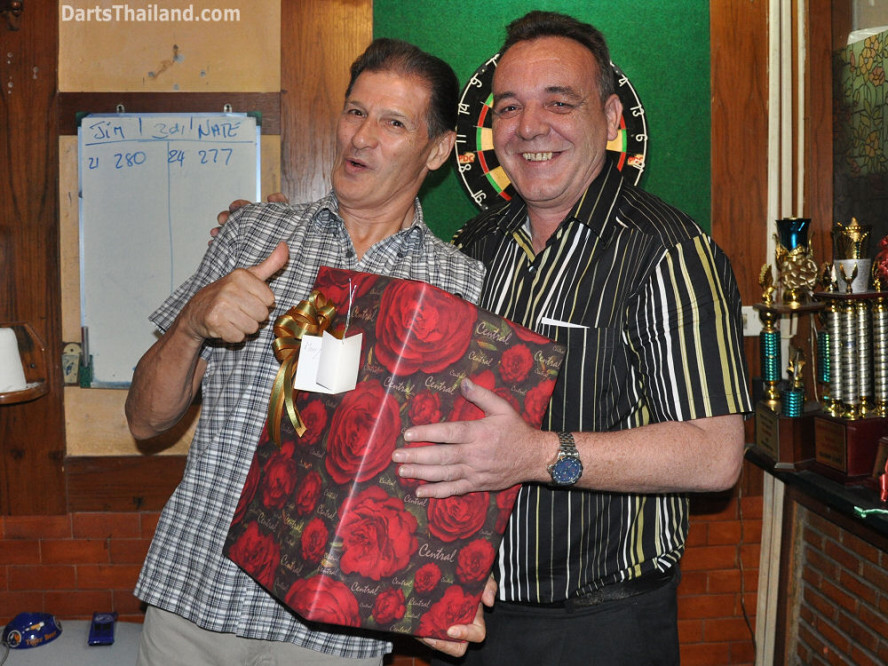 dt1824_jim_kenny_ktd_darts_knockout_moonshine_sukhumvit_soi_22_bangkok