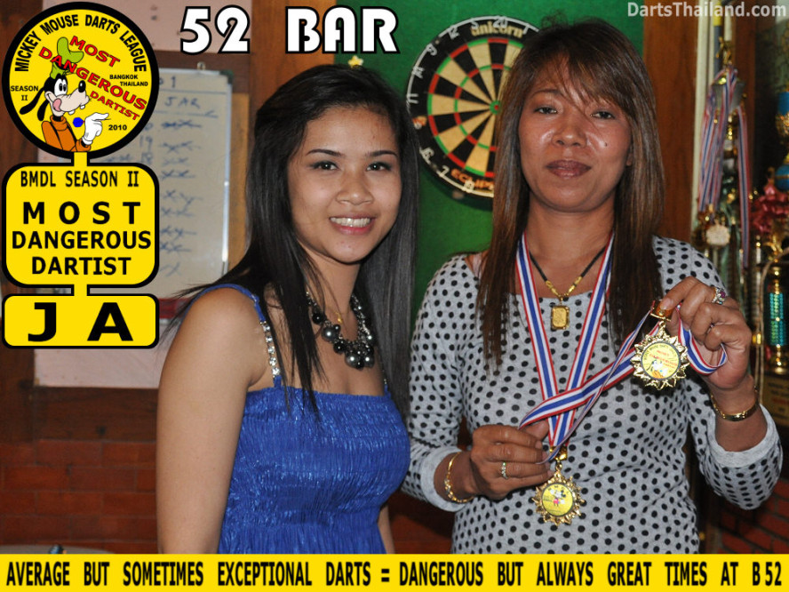 dt1864_nit_ja_52_bar_pub_bmdl_bangkok_mickey_mouse_darts_league_moonshine_sukhumvit_soi_22