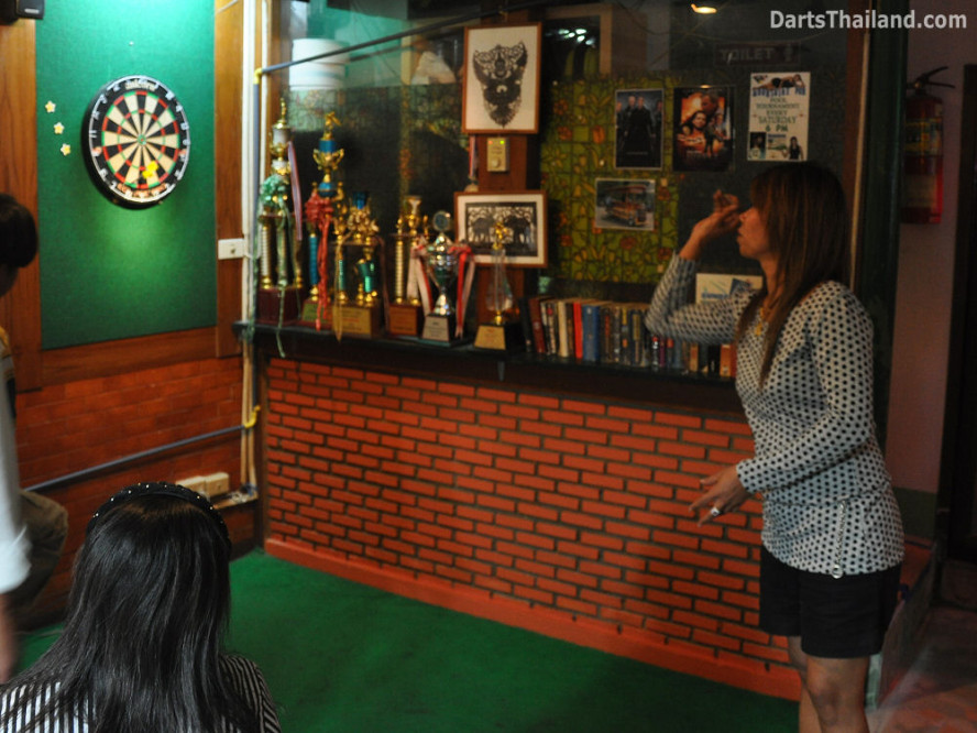 dt1880_queen_park_plaza_bmdl_bangkok_mickey_mouse_darts_league_moonshine_sukhumvit_soi_22