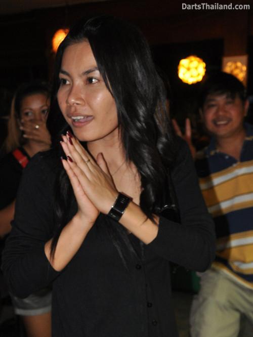 dt1932_aey_sexy_wai_darter_bmdl_bangkok_mickey_mouse_darts_league_moonshine_sukhumvit_soi_22