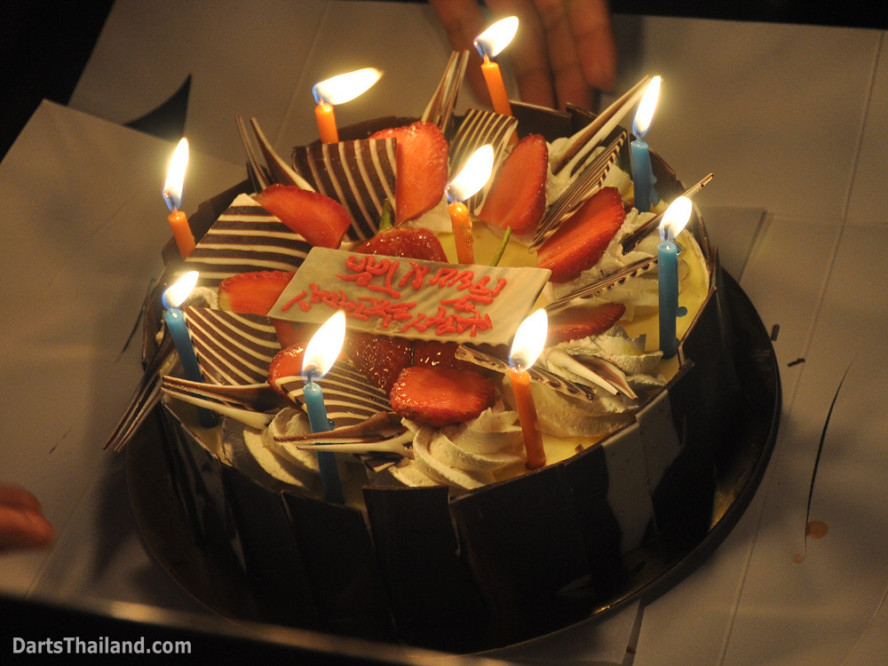 dt1981_jeab_coke_birthday_cake_corner_bar_queens_park_plaza_sukhumvit_soi_22_bangkok