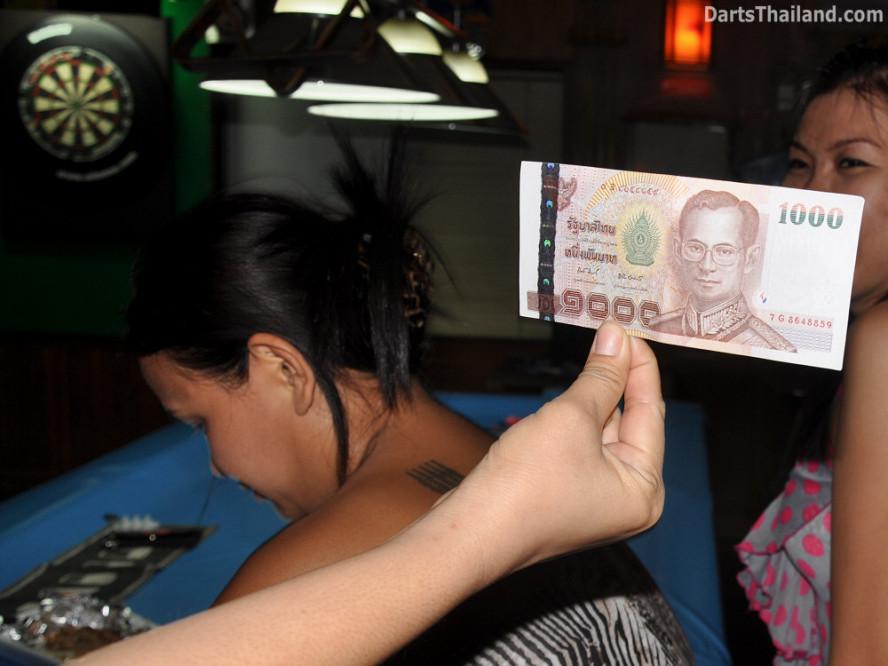 dt2004_lsdl_1000_baht_note_sukhumvit_soi_22_corner_bar_queens_park_plaza_bangkok