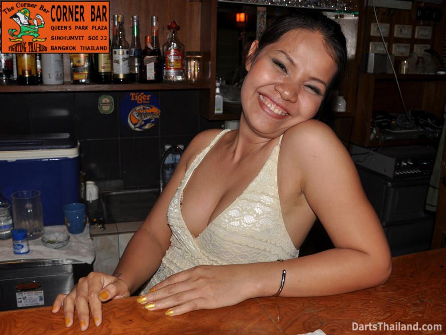 dt2008_lsdl__sexy_darts_coke_corner_bar_sukhumvit_soi_22_corner_bar_queens_park_plaza_bangkok