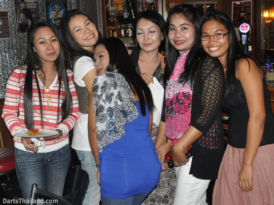 dt2032_sexy_ladies_yorkshire_tri_bar_darts_knockout_52_aloha_corner_sukhumvit_soi_22_bangkok