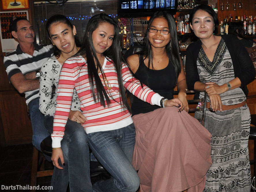 dt2033_sexy_ladies_yorkshire_tri_bar_darts_knockout_52_aloha_corner_sukhumvit_soi_22_bangkok
