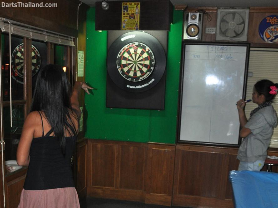 dt2060_yorkshire_tri_bar_darts_knockout_52_aloha_corner_sukhumvit_soi_22_bangkok