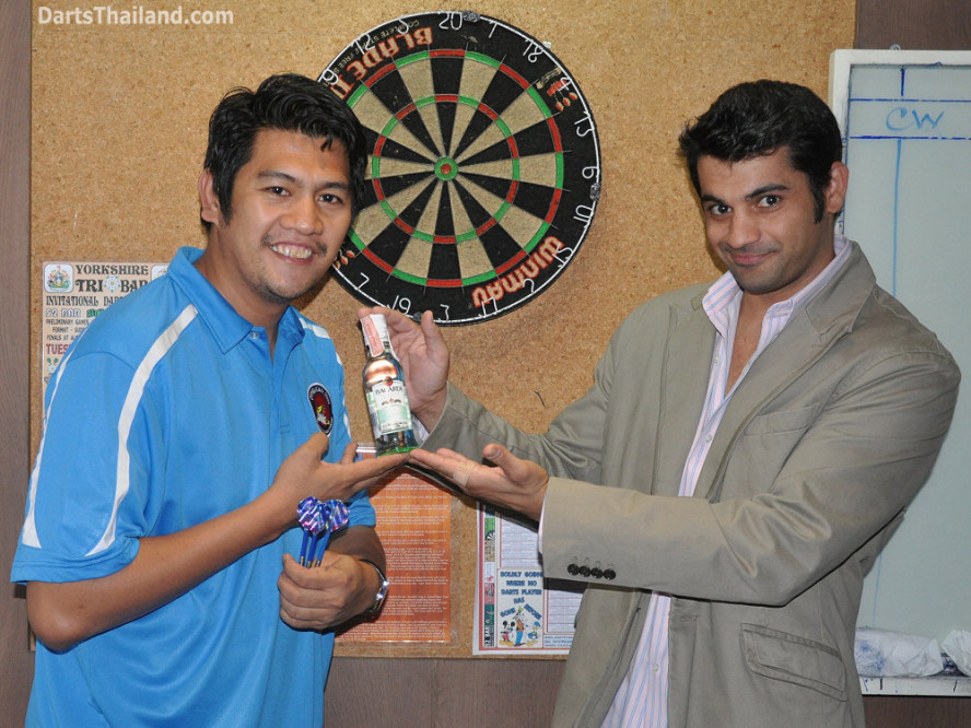 dt2082_bryan_yorkshire_tri_bar_darts_knockout_52_aloha_corner_sukhumvit_soi_22_bangkok