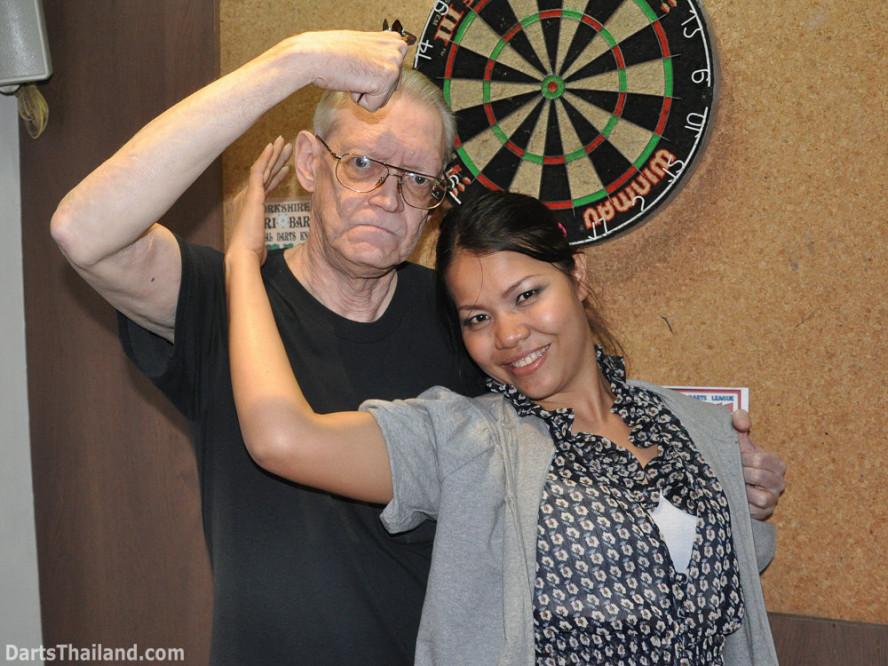 dt2085_cw_sexy_coke_yorkshire_tri_bar_darts_knockout_52_aloha_corner_sukhumvit_soi_22_bangkok