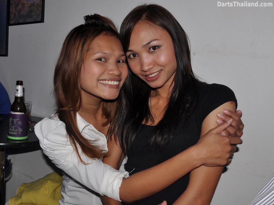 dt2089_sexy_sai_nam_yorkshire_tri_bar_darts_knockout_52_aloha_corner_sukhumvit_soi_22_bangkok