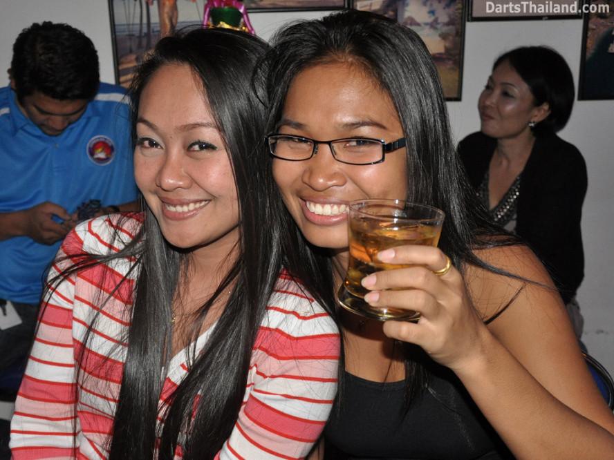 dt2101_sexy_jeab_tum_yorkshire_tri_bar_darts_knockout_52_aloha_corner_sukhumvit_soi_22_bangkok