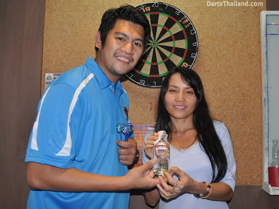 dt2111_bryan_noi_yorkshire_tri_bar_darts_knockout_52_aloha_corner_sukhumvit_soi_22_bangkok