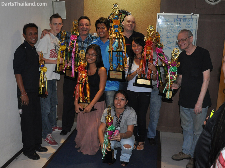 dt2121_trophy_winners_yorkshire_tri_bar_darts_knockout_52_aloha_corner_sukhumvit_soi_22_bangkok