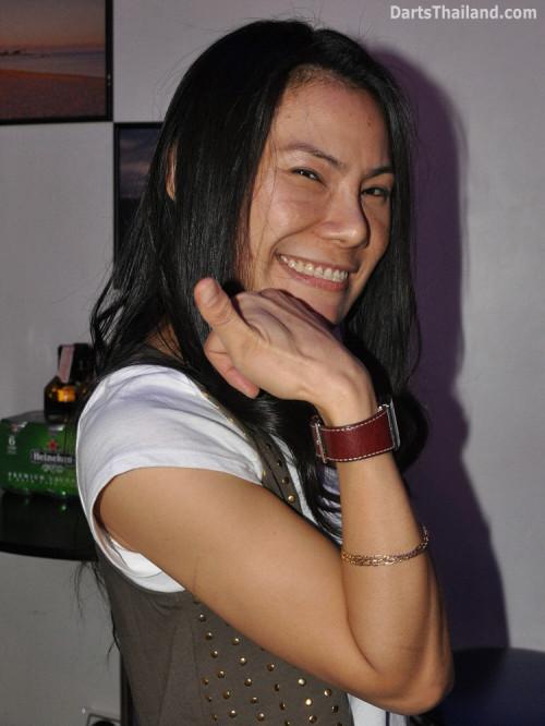 dt2132_sexy_charinee_yorkshire_tri_bar_darts_knockout_52_aloha_corner_sukhumvit_soi_22_bangkok