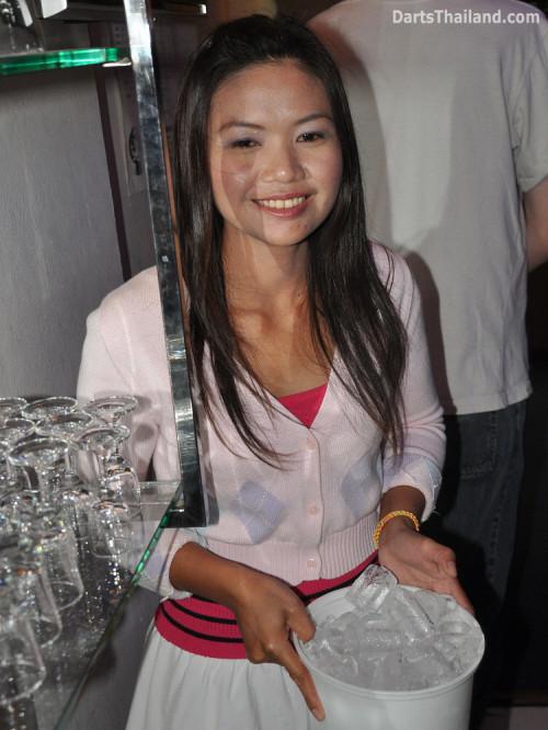 dt2135_sexy_lady_yorkshire_tri_bar_darts_knockout_52_aloha_corner_sukhumvit_soi_22_bangkok