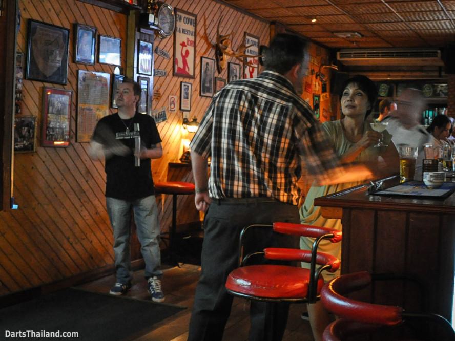 kennys_darts_yorkshire_style_bangkok_thailand_sukhumvit_22_newcowboy_bar_99h