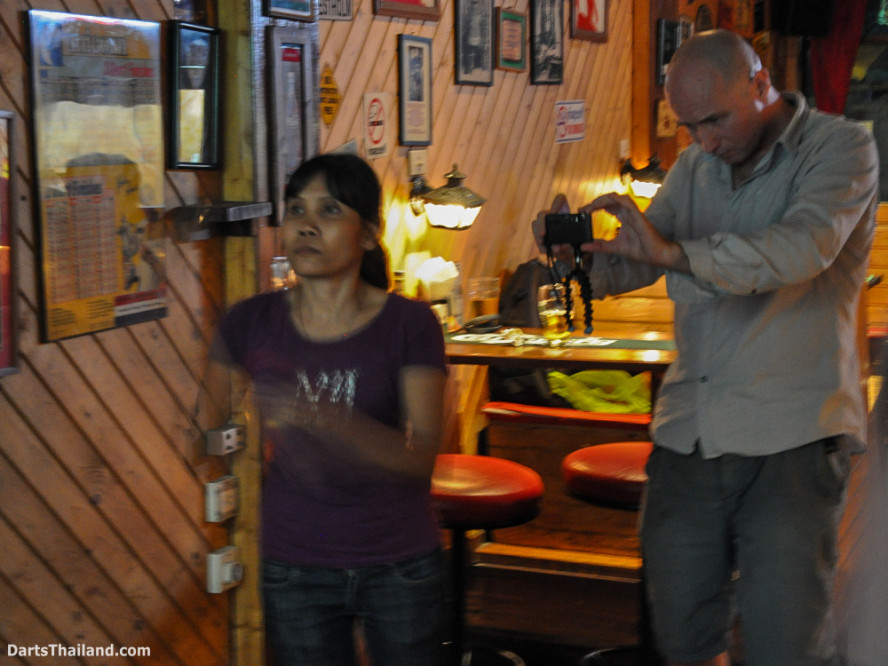 new_cowboybar_cow_girl_darts_knockout_sukhumvit_soi_22_bangkok_thailand_darts_013