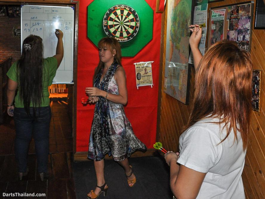 new_cowboybar_cow_girl_darts_knockout_sukhumvit_soi_22_bangkok_thailand_darts_025