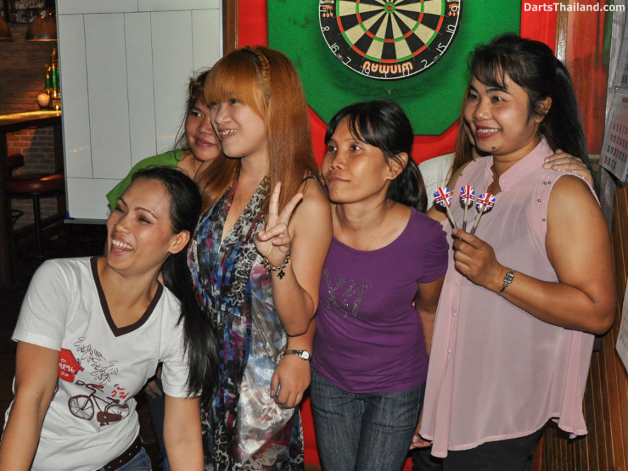 new_cowboybar_cow_girl_darts_knockout_sukhumvit_soi_22_bangkok_thailand_darts_031