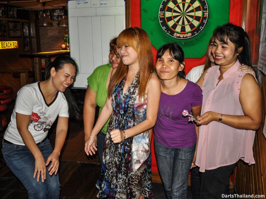 new_cowboybar_cow_girl_darts_knockout_sukhumvit_soi_22_bangkok_thailand_darts_032
