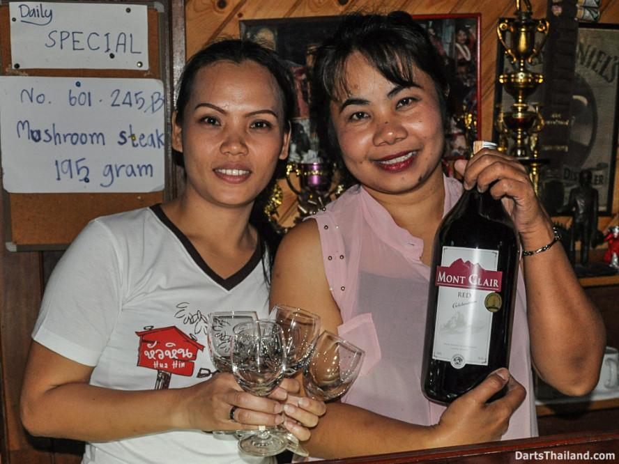 new_cowboybar_cow_girl_darts_knockout_sukhumvit_soi_22_bangkok_thailand_darts_054