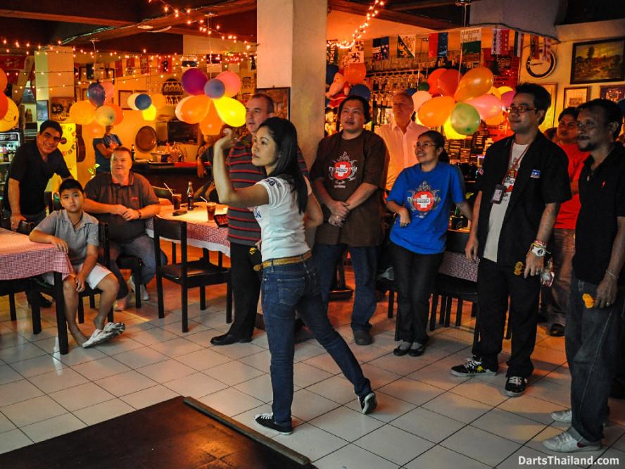 phil_taylor_darts_photo_bangkok_2013_domino_pub_soi_11_sukhumvit_005
