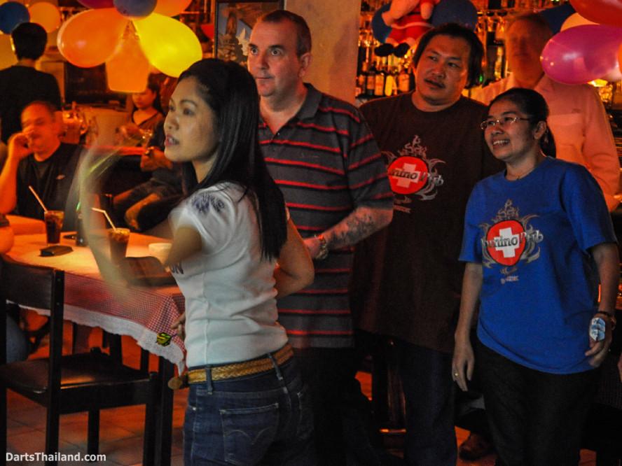 phil_taylor_darts_photo_bangkok_2013_domino_pub_soi_11_sukhumvit_010
