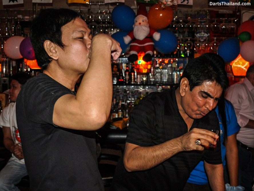 phil_taylor_darts_photo_bangkok_2013_domino_pub_soi_11_sukhumvit_042