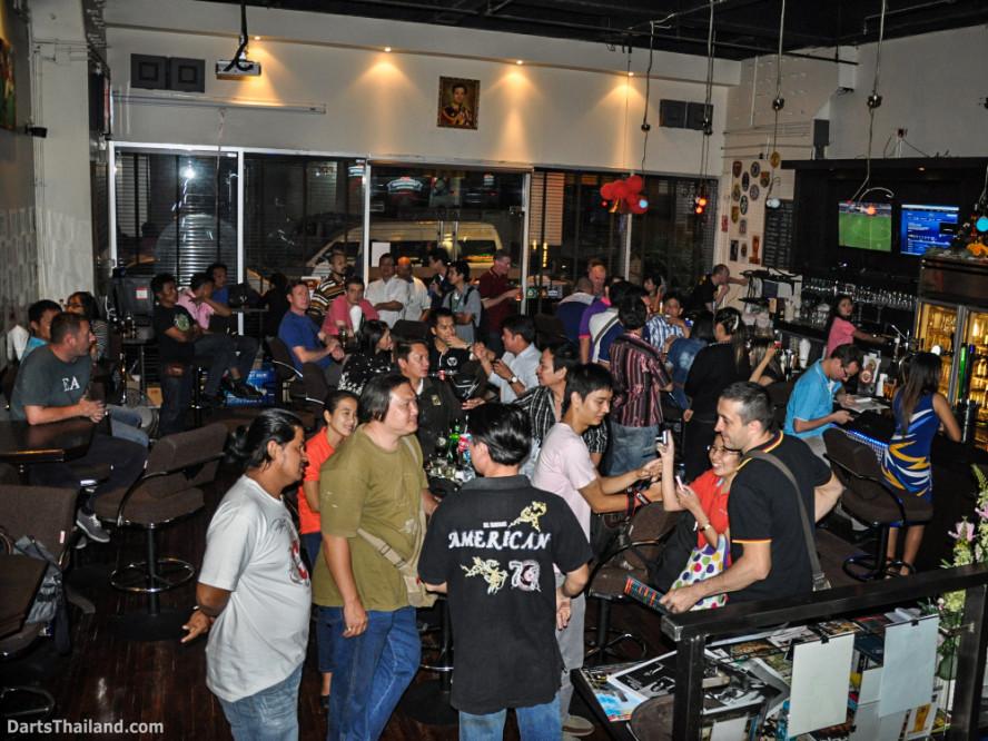 phil_taylor_darts_photo_bangkok_2013_sportsman_bar_soi_13_sukhumvit_057