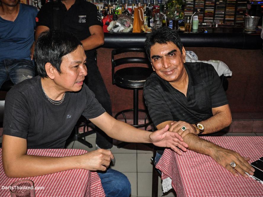 phil_taylor_dew_vichai_darts_photo_bangkok_2013_domino_pub_soi_11_sukhumvit_018